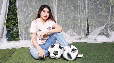 Selain sebagai penyanyi dangdut, Via Vallen ternyata fans Manchester United. (liputan6.com/IG/Via Vallen)