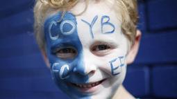2. Supporter Everton mewarnai wajahnya saat akan menonton laga Premier League melawan Stoke di Stadion Goodison Park, Liverpool, Inggris, (Sabtu (27/8/2016). (Reuters/Ed Sykes)