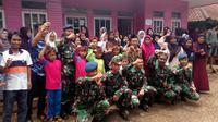 Para prajurit pelaksana program TMMD tengah perpisahan dengan warga desa Pancasura, Garut, Jawa Barat (Liputan6.com/Jayadi Supriadin)