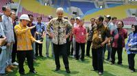Gubernur Jawa Tengah, Ganjar Pranowo (tengah), ditemani Wali Kota Solo, FX Hadi Rudyatmo, saat meninjau Stadion Manahan, Jumat (27/9/2019). (Bola.com/Vincentius Atmaja)