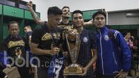 Para pemain Arema FC merayakan keberhasilan meraih Piala Presiden 2017 di ruang ganti Stadion Pakansari, Jawa Barat, Minggu (12/3/2017). Arema FC menang 5-1 atas Borneo FC pada laga final. (Bola.com/Vitalis Yogi Trisna)