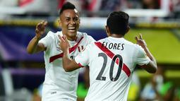 Pemain Peru, Christian Cueva (kiri) dan Edison Flores  merayakan gol ke gawang Ekuador pada babak penyisihan grup B Copa America Centenario 2016 di Glendale, Arizona, AS, (9/6/2016) WIB. (AFP/ Alfredo Estrella)