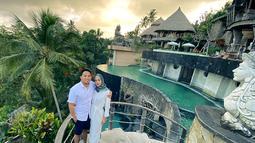 Maka dari itu banyak selebriti pun melakukan liburan, baik bersama kekasih, teman hingga keluarga. Salah satunya ialah yang dilakukan oleh Poppy Bunga dan suaminya Mohammad Fattah Riphat. Dalam liburannya, ia pun pilih Pulau Bali. (Liputan6.com/IG/@poppybungariphat)
