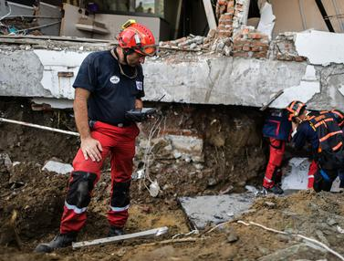 Aksi Relawan Prancis Cari Korban Gempa dan Tsunami Palu