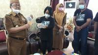 Peneliti Balai Arkeologi Sulawesi Utara (Sulut) saat menunjukkan temuan mereka ke Pemerintah Daerah (Arfandi Ibrahim/Liputan6.com)
