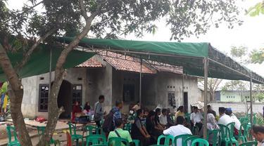 Suasana duka di rumah orang tua korban tewas saat tawuran di Kota Tangerang Selatan. Orang tua korban melarang kepada pelajar agar tidak ada aksi balas dendam atas kematian anaknya.