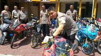 Polisi Pamer Ratusan Motor Knalpot Brong di Probolinggo (Liputan6.com/Dian Kurniawan)