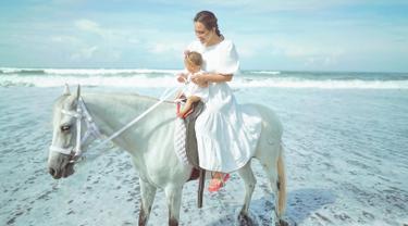 Sebagai seorang ibu yang telah lama menantikan buah hati, kini hari-hari Shandy Aulia pun makin berwarna. Ia pun selalu fokus dan perhatian kepada buah hati perempuannya Claire Herbowo. Hal ini pun ia tunjukan dalam media sosial Instagramnya. (Liputan6.com/IG/@shandyaulia)