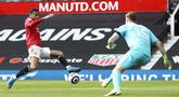 Pemain Manchester United Mason Greenwood berusaha untuk mencetak gol ke gawang Burnley pada pertandingan Liga Inggris di Stadion Old Trafford, Manchester, Inggris, Minggu (18/4/2021). Manchester United menang 3-1. (Martin Rickett/Pool via AP)