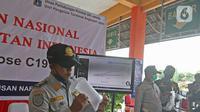 Petugas Dishub dites dengan GeNose C19 di Terminal Kampung Rambutan, Jakarta, Minggu (24/1/2021). Penggunaan GeNose C19 untuk penumpang di terminal dan stasiun kereta mulai 5 Februari 2021. (Liputan6.com/Herman Zakharia)