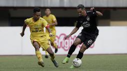 Striker PSIS Semarang, Silvio Escobar, berebut bola dengan pemain Bhayangkara FC pada laga Shopee Liga 1 di Stadion Patriot Chandrabhaga, Bekasi, Selasa (20/8). Bhayangkara bermain imbang 0-0 dengan PSIS. (Bola.com/Yoppy Renato)