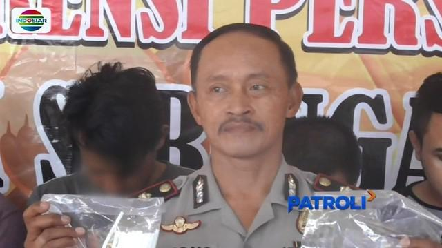 Enam tersangka kurir narkoba jenis sabu di Sukoharjo, Jawa Tengah, diamankan polisi saat bertransaksi di depan hotel. Ironis, dua di antaranya masih berstatus sebagai pelajar SMK.