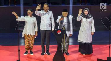 Presiden RI terpilih 2019-2014, Joko Widodo (kedua kiri) bersama Wakil Presiden terpilih, KH Ma'ruf Amin bersama istri menyapa pendukungnya jelang menyampaikan pidato Visi Indonesia di SICC, Sentul, Kab Bogor, Jawa Barat, Minggu (14/7/2019). (Liputan6.com/Helmi Fithriansyah)