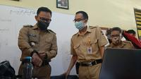 Wali Kota Bogor Bima Arya (kiri) sedang melakukan sidak ke SDN Genteng Kota Bogor, Senin (24/8/2020), untuk mengetahui kendala yang dihadapi guru maupun murid saat belajar daring selama pandemi Covid-19. (Liputan6.com/Achmad Sudarno)