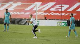 Seorang penyusup (tengah) masuk ke lapangan saat pertandingan La Liga antara Mallorca dengan FC Barcelona di Son Moix Stadium, Palma de Mallorca, Spanyol, Sabtu (13/6/2020). Dalam pertandingan tersebut Barcelona mengalahkan Mallorca dengan skor 4-0. (AP Photo/Francisco Ubilla)