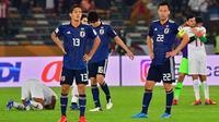 Pemain Jepang, Yoshinori Muto dan Maya Yoshida, tampak kecewa usai dikalahkan Qatar pada laga final Piala Asia 2019 di Stadion Zayed Sports City, Abu Dhabi, Jumat (1/2). Qatar menang 3-1 atas Jepang. (AFP/Giuseppe Cacace)