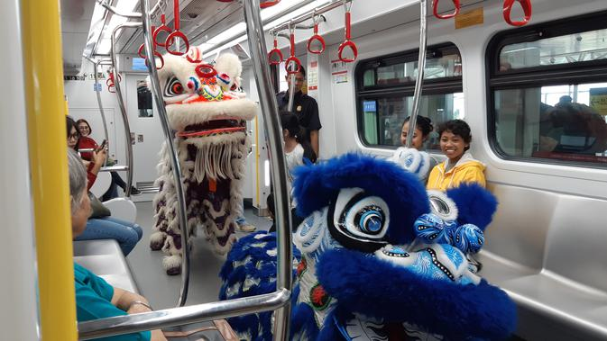 Pertunjukan barongsai dalam rangka Imlek di Stasiun LRT Velodrome, Sabtu (25/1/2020). (Liputan6.com/ Fachrur Rozie)