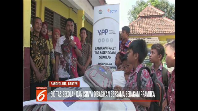 YPP SCTV-Indosiar membagikan ratusan tas sekolah dan seragam baru untuk anak-anak korban tsunami Pandeglang, Banten.