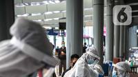 Petugas medis bersiap untuk melayani swab antigen penumpang di Stasiun Senen, Jakarta, Senin (21/12/2020). Penumpang kereta api jarak jauh menunjukkan surat bebas Covid-19 dengan melakukan tes PCR atau tes rapid antibodi yang masih berlaku 14 hari sejak diterbitkan. (Liputan6.com/Faizal Fanani)