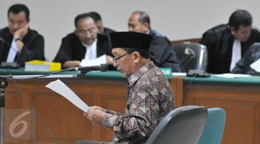 Fuad Amin Imron membacakan pledoinya saat sidang pembacaan nota pembelaan (pledoi) di Pengadilan Tipikor, Jakarta, Kamis (8/10/2015). Dalam pledoinya Fuad Amin meminta hakim mengadili seadil adilnya. (Liputan6.com/Andrian M Tunay)