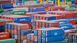 Tampak Tumpukan peti kemas terparkir di Jakarta International Container Terminal (JICT), Tanjung Priuk, Jakarta, Rabu (25/3/2015). Pelindo II mencatat waktu tunggu pelayanan kapal dan barang sudah mendekati target pemerintah. (Liputan6.com/Faizal Fanani)