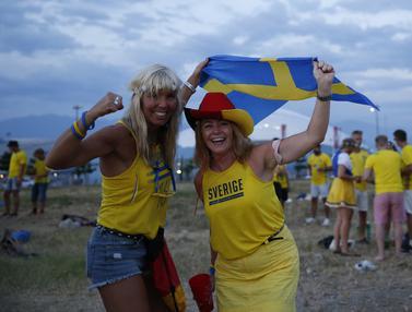 FOTO: Jelang Hadapi Jerman, Suporter Swedia Berpesta di Pantai