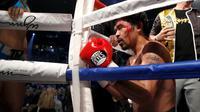 Manny Pacquiao berdoa di sudut ring setelah bertarung melawan Jessie Vargas dalam perebutan sabuk WBO kelas Welter melawan Jessie Vargas di Thomas & Mack Arena, Las Vegas, AS (5/11). (Reuters/Steve Marcus)