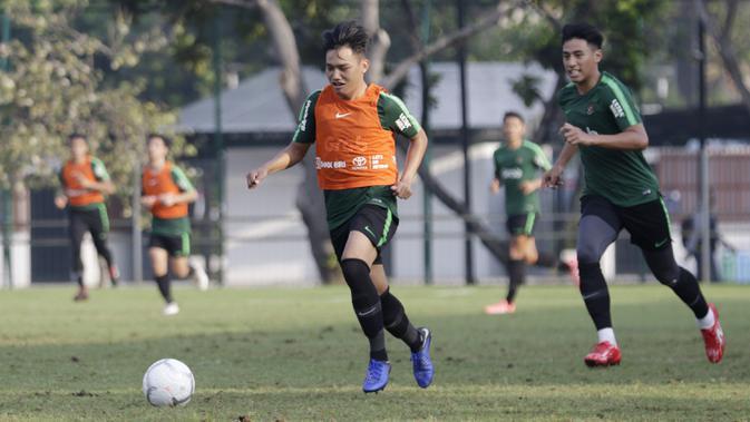 Pemain Timnas Indonesia U-22, Witan Sulaeman, menggiring bola saat latihan di Lapangan ABC, Senayan, Jakarta, Sabtu (12/1). Witan menjadi pemain termuda dalam seleksi Timnas Indonesia U-22 dengan usia 17 tahun. (Bola.com/M Iqbal Ichsan)