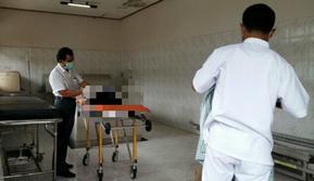 petugas sedang melakukan perawatan jenazah di RSUD Klungkung (Dewa Ayu Pitri Arisanti/JawaPos.com)