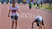 Atlet veteran Diah Restu Ningrum (kaos putih) berhasil menyentuh garis finis cabang lari di ajang Atletik Master Solo Open di Stadion Sriwedari. (ARIEF BUDIMAN/RADAR SOLO)