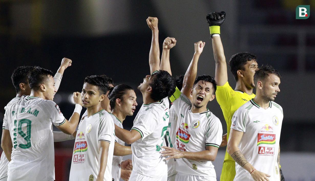 Selebrasi pemain PS Sleman usai mengalahkan PSM Makassar pada laga perebutan juara tiga Piala Menpora 2021 di Stadion Manahan, Solo, Sabtu (24/4/2021). (Bola.com/M Iqbal Ichsan)