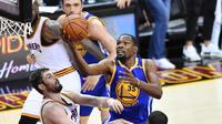 Pemain Warriors, Kevin Durant (35) berusaha memasukan bola dari kawalan pemain Warriors, Kevin Love (0) di gim keempat Final NBA 2017 di Quicken Loans Arena, Ohio (9/6). Cavaliers menghajar Golden State Warriors 137-116. (Jason Miller/Getty Images/AFP)