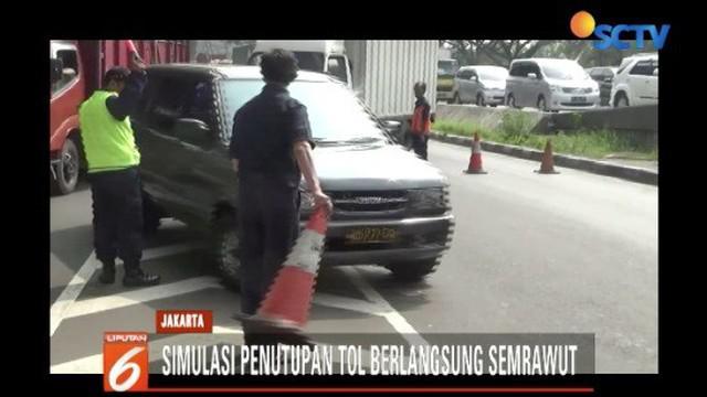 Petugas pengelola tol sempat kewalahan menghalau kendaraan yang sudah mengantri di jalur gerbang tol.