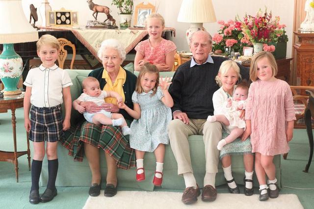 Potret kenangan Pangeran Philip semasa hidup bersama Ratu Elizabeth II dan ketujuh cicit mereka. (dok. Instagram @  kensingtonroyal/https://www.instagram.com/p/CNqNDq9FmXf/)