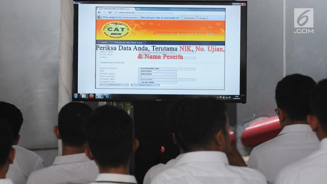 Peserta tes seleksi CPNS Kemenkumham melihat panduan pengisian jawaban sistem CAT di gedung BKN, Jakarta, Senin (11/9). Pada 2017, tercatat 1.116.138 pelamar CPNS mendaftar di lingkungan Kemenkumham. (Liputan6.com/Helmi Fithriansyah)#source%3Dgooglier%2Ecom#https%3A%2F%2Fgooglier%2Ecom%2Fpage%2F%2F10000