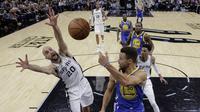 Aksi pemain Warriors, Stephen Curry (30) melakukan umpan melewati adangan pemain Spurs, Manu Ginobili (20) pada laga NBA basketball game di AT&T Center, San Antonio, (2/11/2017) waktu setempat. Warriors menang 112-92. (AP/Eric Gay)
