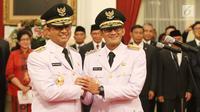 Anies Baswedan dan Sandiaga Uno berjabat tangan usai pelantikan Gubernur dan Wakil Gubernur DKI Jakarta periode 2017-2022 di Istana Negara, Jakarta, Senin (16/10). (Liputan6.com/Angga Yuniar)