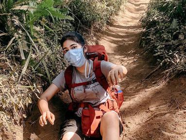 Aktris cantik Debi Sagita kerap mengunggah momen saat ia mendaki gunung. Gaya penampilannya saat mendaki pun sangat simpel. Seperti saat di gunung Slamet, ia hanya memakai kaus, celana pendek, membawa tas dan tentunya memakai masker. (Liputan6.com/IG/@debisagita)