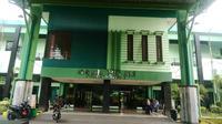 Jemaah calon haji dari Embarkasi Surabaya menginap di Asrama Haji Sukolilo, sebelum diberangkatkan ke Tanah Suci. (Liputan6.com/Dhimas Prasaja)