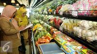 Petugas BPOM memeriksa beberapa sayuran saat inspeksi mendadak (sidak) di Pasar Modern Gelael, Jakarta, Selasa (7/6). Sidak dilakukan untuk memastikan tidak adanya kandungan seperti zat seperti borak, formalin, rodamin dll. (Liputan6.com/Gempur M Surya)