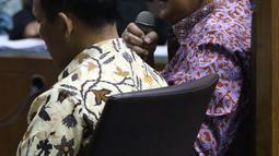 Dirut PT PLN Persero Sofyan Basir (kanan) bersama Direktur Pengadaan Strategis 2 PT PLN Supangkat Iwan Santoso saat menjadi saksi sidang dugaan suap pembangunan PLTU Riau-1 di Pengadilan Tipikor, Jakarta, Selasa (12/2). (Liputan6.com/Helmi Fithriansyah)