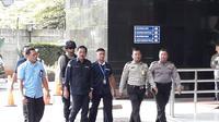 Gubernur Kepulauan Riau (Kepri) Nurdin Basirun dibawa ke Gedung KPK untuk diperiksa intensif setelah terjaring operasi tangkap tangan (OTT). (Fachrur Rozie)