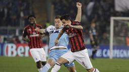 Aksi Suso lewati Sergej Milinkovic-Savic pada laga semifinal Coppa Italia yang berlangsung di stadion Olimpico, Roma, Rabu (27/2). AC Milan bermain imbang 0-0 kontra SS Lazio. (AP Newsroom)