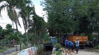 Satgas Banjir Dinas PUPR Kota Depok memperbaiki turap kali yang rusak diterjang banjir. (Istimewa)