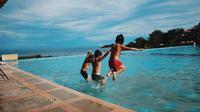 Ilustrasi anak down syndrome berenang Foto oleh MarcTutorials dari Pexels