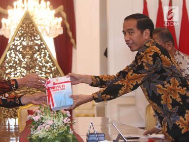 Presiden Joko Widodo (Jokowi) menerima Laporan Ikhtisar Hasil Pemeriksaan Semester (IHPS) II Tahun 2017 yang diberikan Ketua Badan Pemeriksa Keuangan (BPK) Moermahadi Soerja Djanegara di Istana Merdeka, Jakarta, Kamis (5/4). (Liputan6.com/Angga Yuniar)