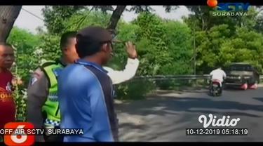 Nasib naas dialami dua orang ibu rumah tangga di Probolinggo, Jawa Timur. Saat mengejar pelaku jambret yang merampas tas miliknya, motor yang ditumpanginya justru menabrak pengendara motor lain dari arah berlawanan.