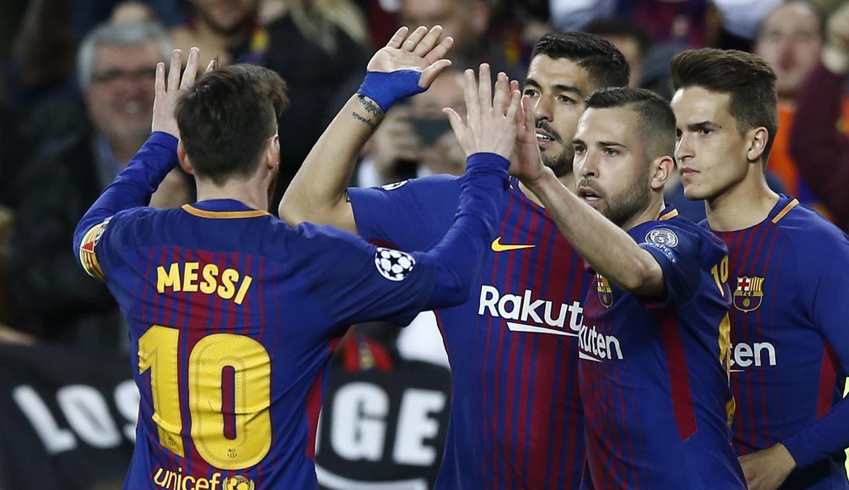 Para pemain Barcelona merayakan gol yang dicetak oleh Luis Suarez ke gawang AS Roma pada laga leg pertama perempat final Liga Champions di Stadion Camp Nou, Rabu (4/4/2018). Barcelona menang 4-1 atas AS Roma. (AFP/Manu Fernandez)