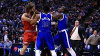 Center Chicago Bulls, Robin Lopez (kiri), terlibat baku pukul dengan forward Toronto Raptors, Serge Ibaka. (Bola.com/Twitter/BleacherReport)