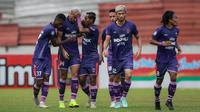 Pemain Persita Tangerang, Alex Dos Santos Goncalves (kedua kiri) merayakan gol penyeimbang 1-1 ke gawang Persiraja Banda Aceh dalam laga pekan ke-7 BRI Liga 1 2021/2022 di Stadion Moch Soebroto, Magelang, Sabtu (16/10/2021). (Bola.com/Bagaskara Lazuardi)